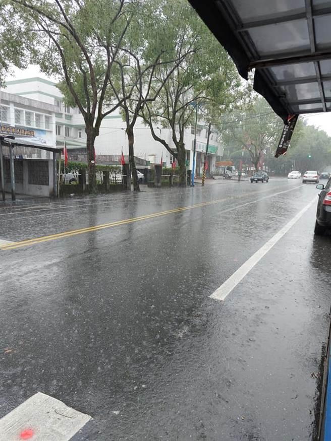 雨神降臨,花蓮今早下起滂沱大雨,路上還出現些許積水,讓中南部網友看了超羨慕。(圖/翻攝自爆怨2公社)