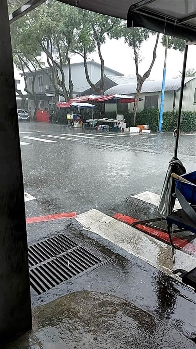 今早花蓮下大雨,路面上還出現積水,讓中南部網友看了超羨慕。(圖/翻攝自爆怨2公社)