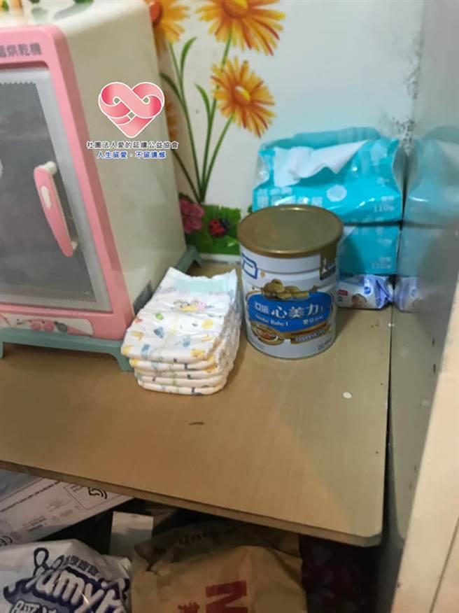 小萱家裡僅剩的半罐奶粉,生活條件如此困難,令所有社工相當不捨。(圖/社團法人愛的延續公益協會臉書)