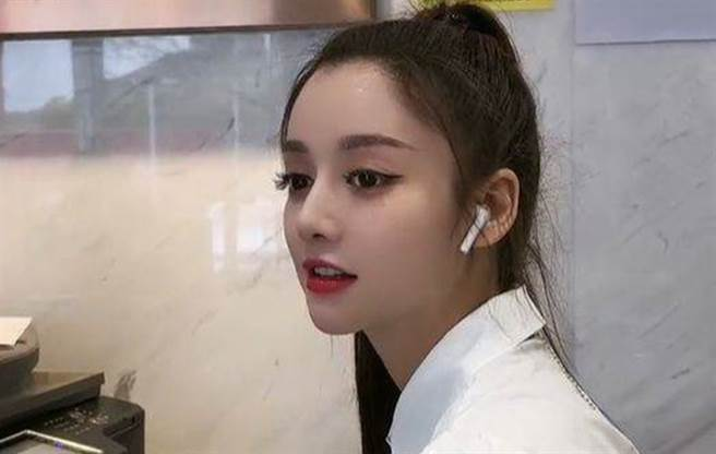青青有张像迪丽热巴的明星脸。(图/微博@青青)