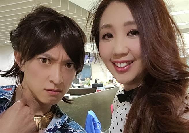 「大蒜公主」廖嘉玉(右)與偶像主播簡至豪(左)合影。(圖/中天電視提供)