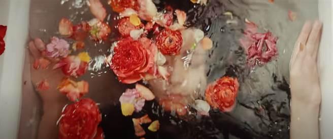 周子瑜沉入水底,日網大讚:安定女神。(圖/YT@ TWICE JAPAN OFFICIAL YouTube Channel)