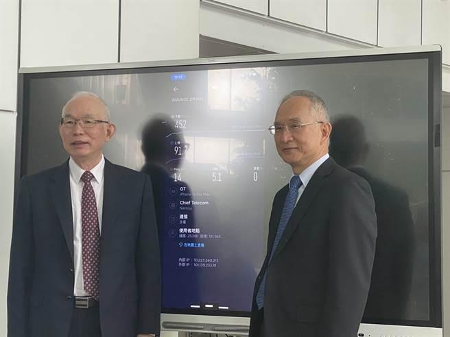 圖右為亞太電董事長呂芳銘、圖左為總經理黃南仁。(圖/王逸芯攝)
