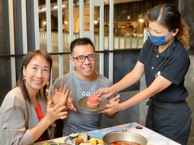 視障甜點師李宥昌(中)取得藍帶廚師資格,母親節前夕特製蛋糕謝母恩。(柯宗緯攝)