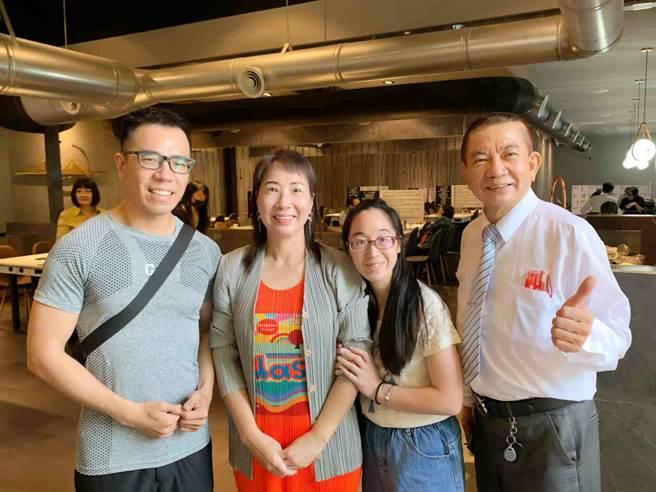 視障甜點師李宥昌(左)取得藍帶廚師資格,母親節前夕特製蛋糕謝母恩,一家人成為他最大後盾。(柯宗緯攝)