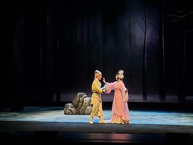 國光劇團作品《狐仙》打破傳統京劇裡的九尾狐收妖戲碼,讓人類和狐狸跨越物種生死相戀,表現愛不分物種和性別。(李欣恬攝)