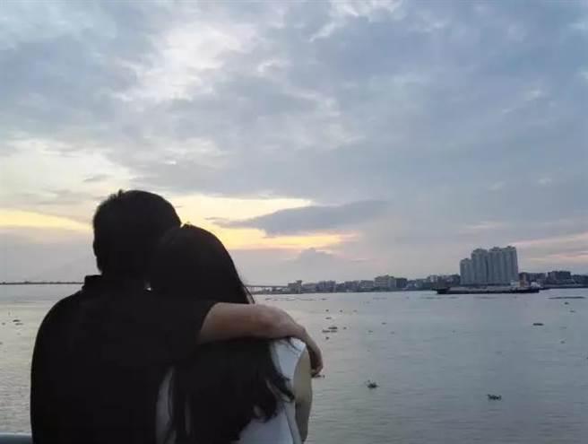 汕頭海邊的夕陽,再遠處就是台灣海峽哦。(作者提供)