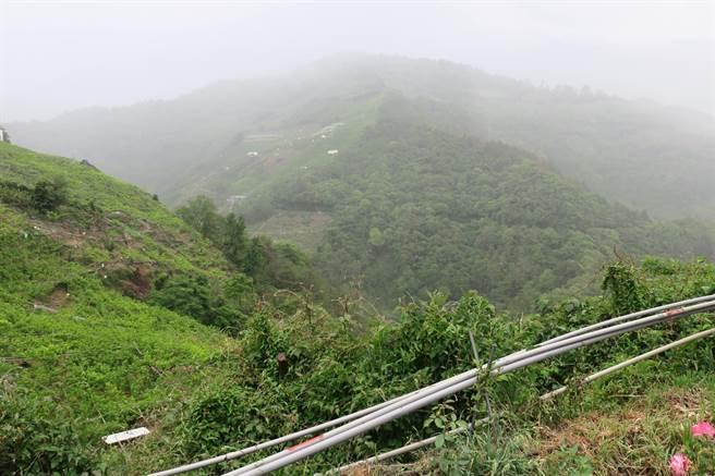 梨山地區下午降下大雨,雨勢約持續半小時。(羅進玉提供/王文吉台中傳真)