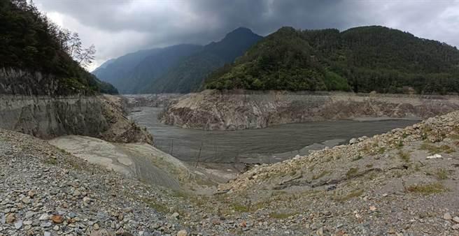 台中德基水庫蓄水率跌破4%,急需雨水進帳解渴。(和平分局提供/王文吉台中傳真)