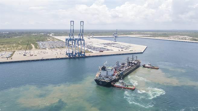 一艘航往中國大陸的貨輪,由於未申報其載有核原料,已遭斯里蘭卡驅逐出境。圖為進入漢班托塔港的貨船,並非當事船。(圖/新華社)