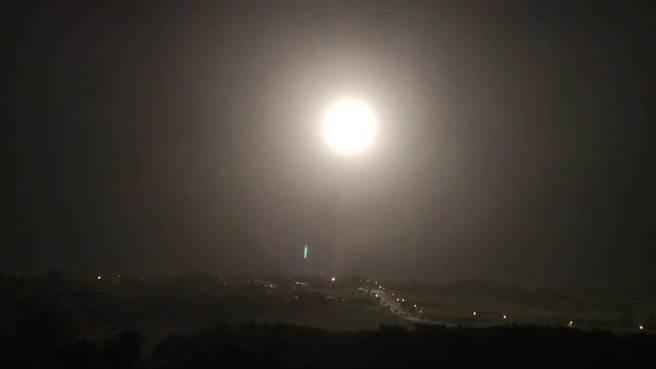 國家中山科學研究院22日晚間在台東成功鎮基翬漁港試射1枚「無限高」飛彈。(蔡旻妤攝)