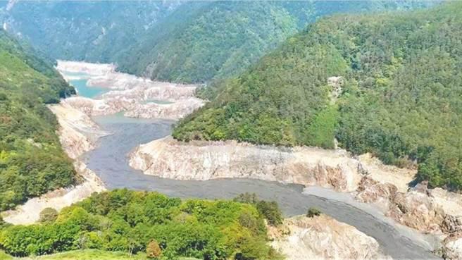 台灣中南部水情嚴峻,圖為德基水庫上游乾涸僅剩大片黑泥,水庫岩壁嚴重裸露。(民眾提供/陳淑娥台中傳真)