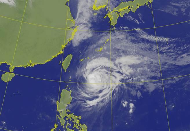 中颱舒力基目前已转弯远离,不过周五(23)、周六(24)受东风影响,东半部及午后的中南部山区容易有较大雨势出现。(气象局提供)