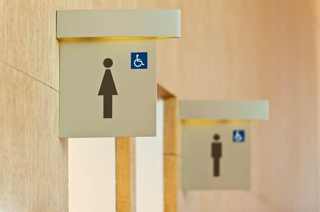 新竹市一名男子屢次裸身躲在女廁中打手槍,遭公然猥褻罪判刑。(示意圖/Shutterstock)