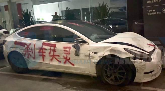 大陸特斯拉電動車遭消費者指控剎車失靈肇禍,將肇禍車輛噴字開到特斯拉公司門口進行抗爭。(圖/微博)