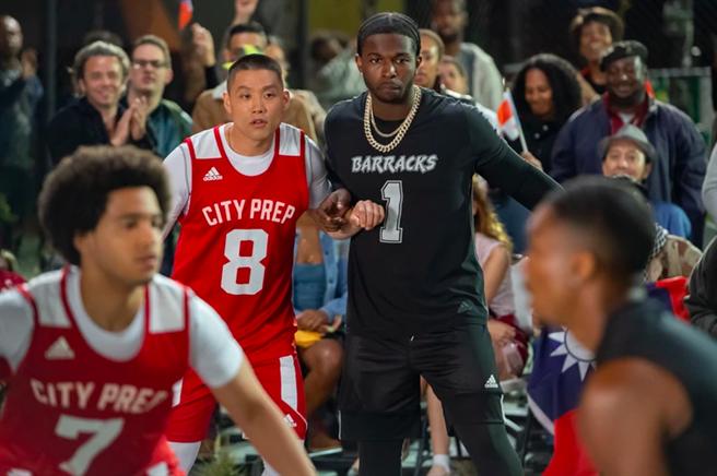 泰勒高橋與已故饒舌歌手史墨克扮演的籃球好手在球場對決。(UIP提供)