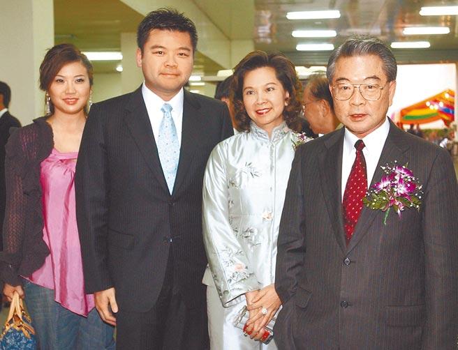 仁寶電腦董事長許勝雄﹙右一﹚,董事長夫人蔡麗珠﹙右二﹚,公子許介立﹙左二﹚。﹙本報資料照片﹚