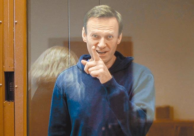 被囚禁的俄羅斯反對派領袖納瓦尼已絕食近3星期,支持者計畫於21日走上街頭示威。圖為今年2月納瓦尼在莫斯科舉行的法院聽證會上打手勢。(美聯社)