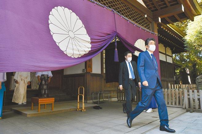 日本前首相安倍晉三(右)21日前往東京靖國神社參拜,現任首相菅義偉向神社供奉了供品,但並未到場。(美聯社)