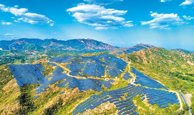 中國人民銀行(大陸央行)行長易綱20日出席博鰲亞洲論壇2021年年會「金融支持碳中和」圓桌會議時表示,人民銀行聯合相關部門不斷完善綠色金融頂層設計,透露未來將創設碳減排支持工具,激勵金融機構為碳減排提供資金支持。此為綠能示意圖。(新華社)