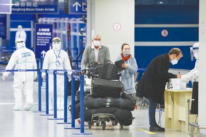 大陸開放外籍人士接種外國疫苗,也可享入境中國辦理簽證的便利性。圖為外籍旅客入境上海。(中新社)