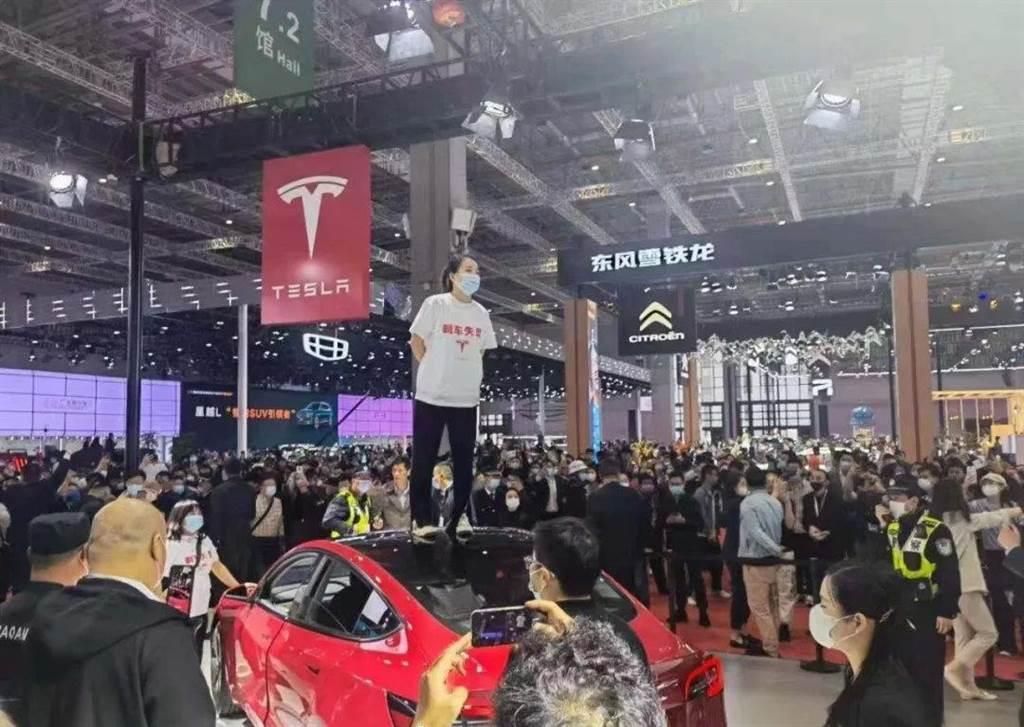 維權女車主在上海車展跳到特斯拉車上呼喊,引起全大陸的注意。網上評論諷刺特斯拉說:「特斯拉用戶的利益高於一切,但是不能高過車頂!」(圖/網路)