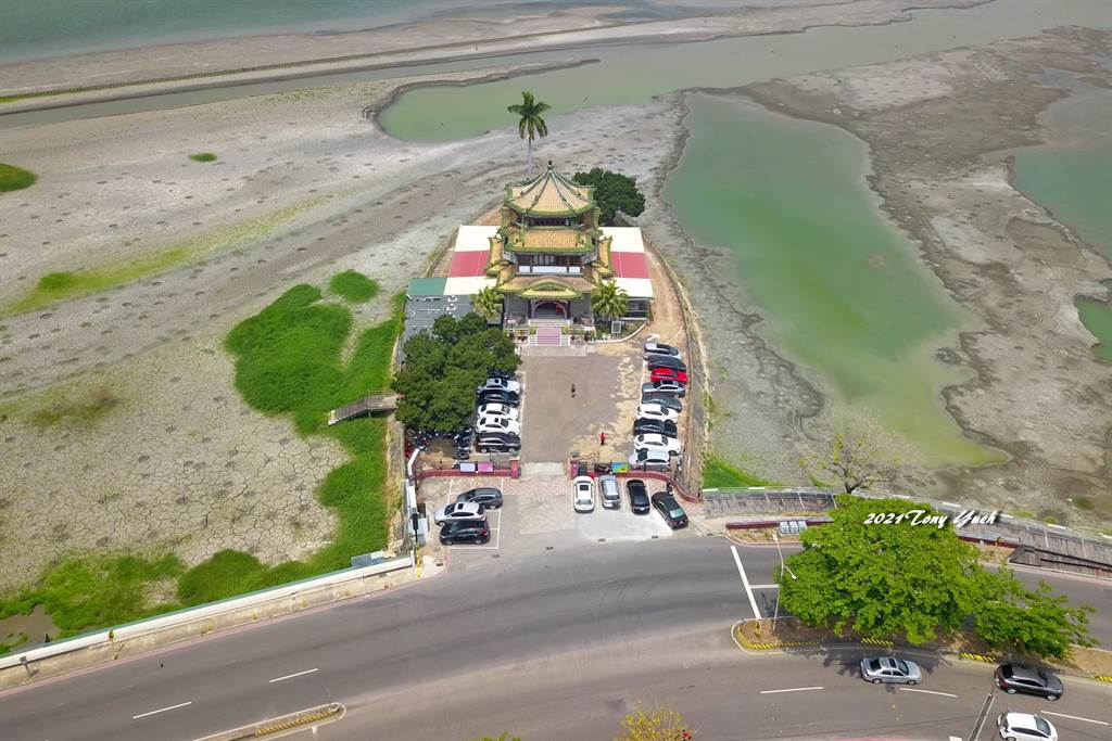 中南部缺水,高雄澄清湖乾枯露出湖底淤积的泥沙和杂草,让不少在地人吓傻直呼,30年来第一次看到这么乾的澄清湖。(图/Tony Yueh授权提供)