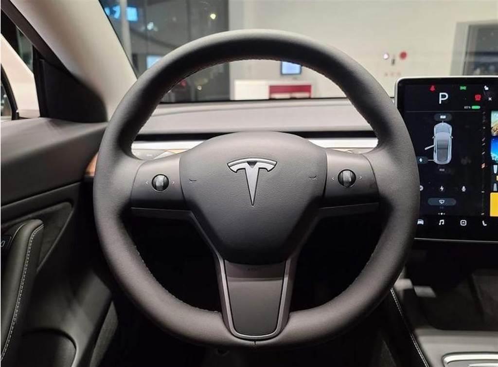 四月生產的 Model 3 SR+ 也裝了加熱方向盤!但是,必須透過 OTA 付費解鎖