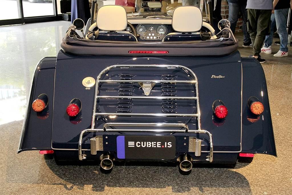 Plus Six車體本身並未有行李箱的設計,車尾後方的金屬桁桿可安裝專屬的皮革行李箱(選配)。