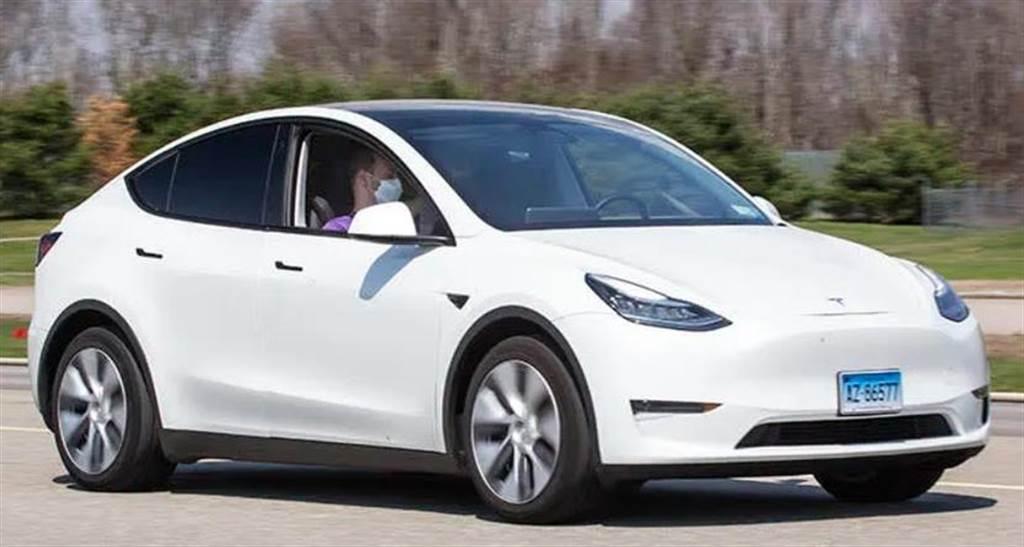 《消費者報告》再批特斯拉安全漏洞:沒人坐在駕駛座,照樣能用自動輔助駕駛上路