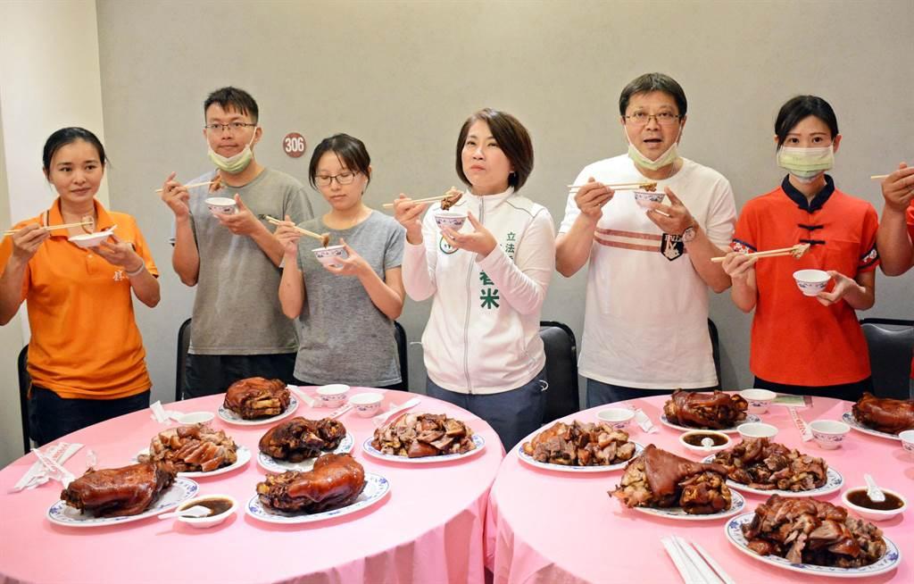堅持使用台灣豬的萬巒豬腳業者,不滿政治人物噴口水傷害產業,要求李德維道歉。(林和生攝)