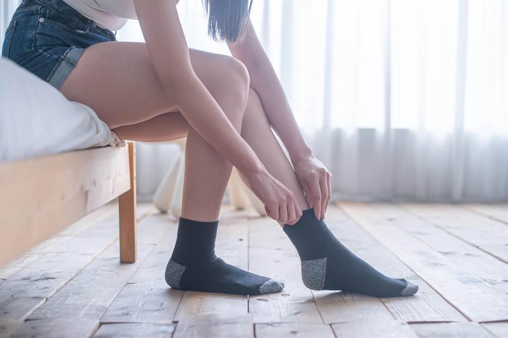 聚康生活指出,坊間除臭襪在纖維中加入經過一千度以上高溫碳化的竹炭細粉,利用孔洞吸附異味的原理來設計,會有飽和問題,但康氧襪的特殊長效耐洗消臭棉,就沒有此問題,除臭機能比市售除臭襪高上許多。(聚康生活提供/吳建輝彰化傳真)