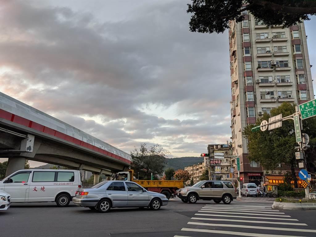 統計北市公寓物件的熱門交易行政區,第二為「北投區」,均價都還在3字頭,可以說是台北市內數一數二的親民物件。(葉思含攝)