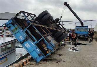 澎湖白沙船厂吊车码头翻覆 工人遭夹上身悬空倒吊海面