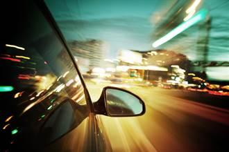 高速公路深夜驚見神秘人影 網一看嚇壞:太詭異了