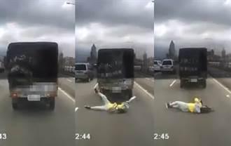 驚悚影片 小貨車才起步竟掉出活人 後車目擊嚇瘋