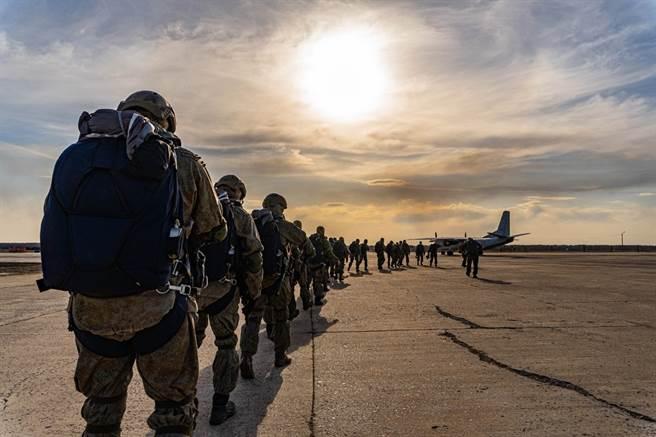俄國防長下令俄軍返回基地,但不確定是否包括集結於烏俄邊境的所有部隊。圖為參與烏俄邊境演習的俄軍部隊。(圖/俄國國防部臉書)