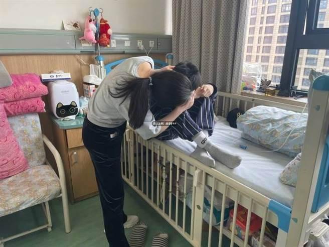 大陸浙江一名15歲的國三少年因癌症末期,壽命剩2年,決心捐出自己器官,他對媽媽的一席話讓在場人都淚崩。(圖/錢江晚報)