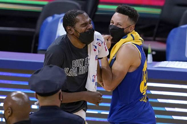 籃網前鋒杜蘭特(左)與老隊友勇士後衛柯瑞在場上打招呼。(美聯社資料照)