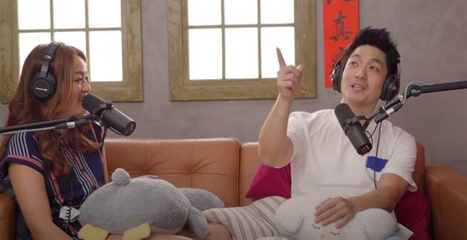 國民黨立委蔣萬安(右)、《百靈果News》主持人凱莉(左)。(圖/翻攝自YouTube)