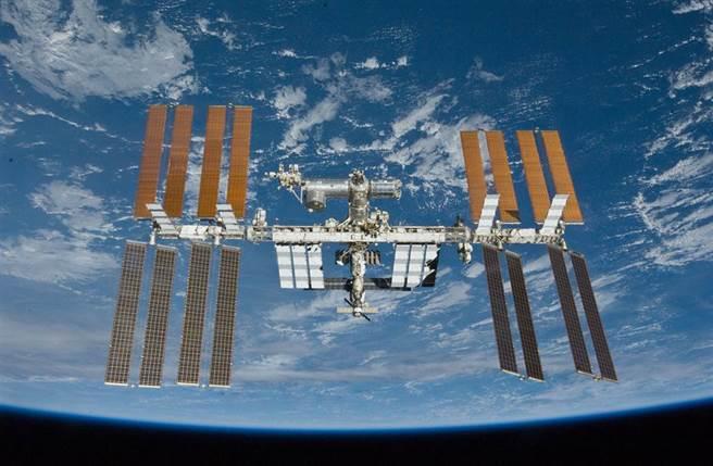 俄國副總理尤里·鮑里索夫(Yuri Borisov)在星期日的電視採訪中表示,俄羅斯將從2025年1月完全退出國際太空站(ISS)計畫,然後建立自己的太空站。(圖/NASA)