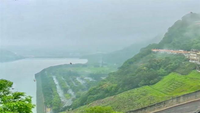 石門水庫集水區23日至早上10時累積雨量達4毫米,桃園市長鄭文燦在臉書發文「終於聽見下雨的聲音」。(摘自鄭文燦臉書)
