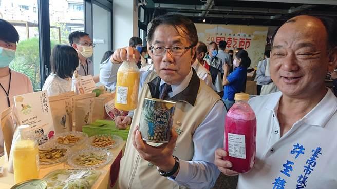台南市長黃偉哲(左)與台南市議員許至椿,一起推廣各攤位的果乾產品。(程炳璋攝)