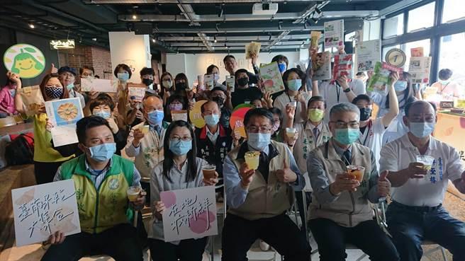 台南市長黃偉哲(第一排中)參加果乾節,與大家一起品嘗調酒。(程炳璋攝)