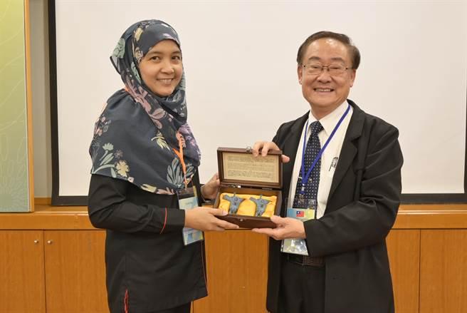 黎明技術學院校長林明芳致贈紀念品予馬來西亞投資發展局莎婍菈處長(黎明技術學院提供/戴上容新北傳真)