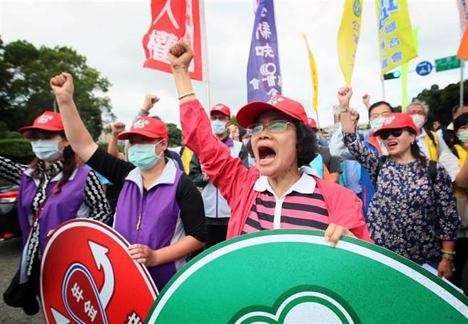 不滿政府漠視勞工權益,勞權團體23日在凱道召開記者會,號召全國勞工參加「五一勞工大遊行」,呼籲政府正視勞動危機,盡速提出改革方案。(范揚光攝)