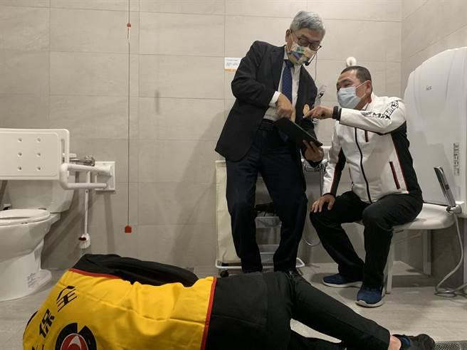 公共托老中心向侯友宜演示浴廁防跌偵測裝置。(王揚傑攝)