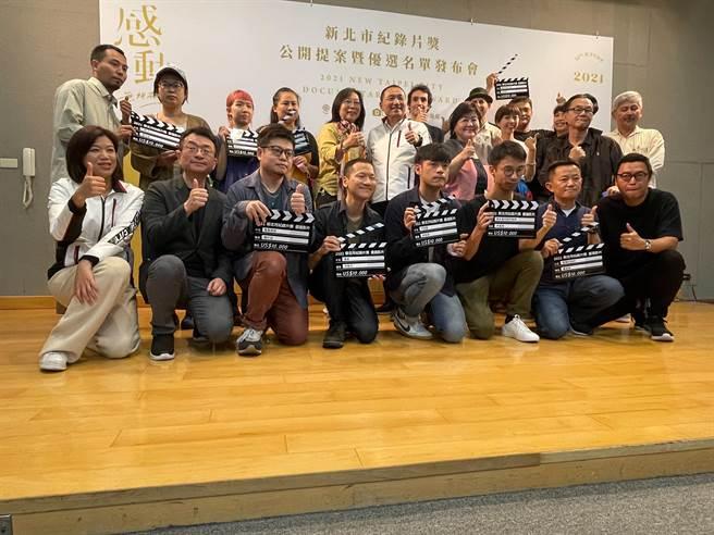 新北市長侯友宜和紀錄片得獎人及評審等人合影留念。  吳志雲攝影