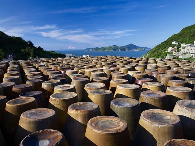 馬祖四面環海有著製酒的好環境,除了得天獨厚的花崗岩,還坐擁水質、氣候、工藝以及坑道窖藏的四大釀酒優良條件。(馬祖酒廠提供/葉書宏連江報導)