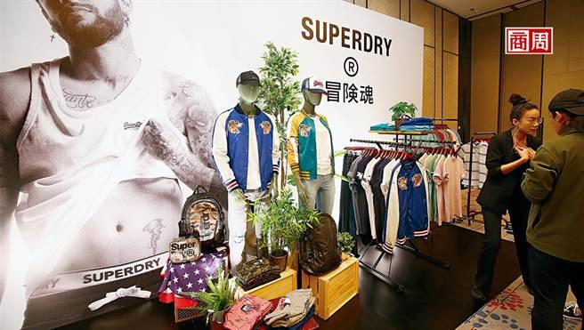 Superdry發表會現場,大眾熟悉的「極度乾燥」標語已被取代,更出現以往罕見的款式,如有機棉運動服、日式刺繡外套等。(圖/駱裕隆攝 )
